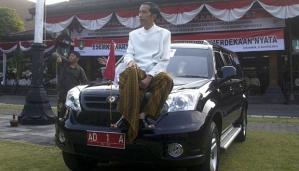 Walikota Solo Joko Widodo duduk di atas satu dari 9 mobil Esemka yang baru lulus uji emisi Termodinamika Motor dan Propulsi (BTMP) Serpong saat di depan Balaikota Solo, Jateng, (16/8). ANTARA/Andika Betha