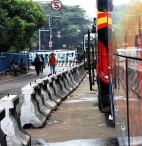 Barisan bis dan mikrolet mangkal di luar terminal Pulo Gadung, Jakarta Timur, Selasa (10/9). Selain terminal yang rencananya akan dipugar, masalah ketertiban armada angkutan umum masih menjadi sorotan publik. (Alviansyah,2013)