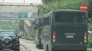 Mobil dinas instansi masuk jalur Trans Jakarta. Foto diambil dari  http://www.flickr.com/photos/yudhaspiza/5047044485/