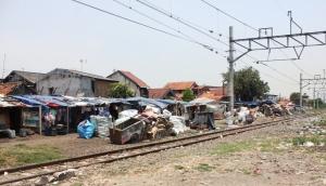 Pemukiman kumuh di pinggir rel dekat stasiun Tanjung Priok, Rabu, (11/9). Ini merupakan potret kemiskinan ditengah ibukota.