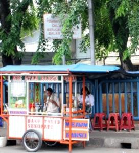 Larangan untuk berdagang di dalam terminal Pulo Gadung, Jakarta Timur, tidak dihiraukan pedagang, Selasa (10/9). Saat ini terminal bus di Jakarta menjadi sorotan jelang rencana revitalisasi oleh pemerintah DKI. (Alviansyah, 2013)